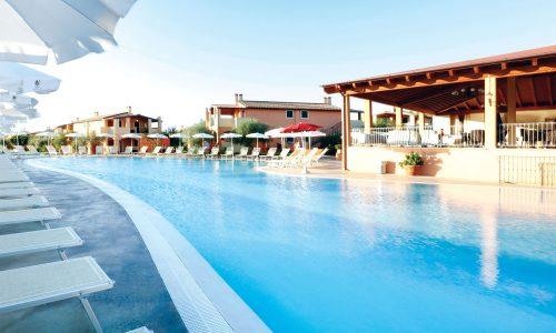 La piscina attrezzata del Marina Rey, Resort 4 stelle in Sardegna